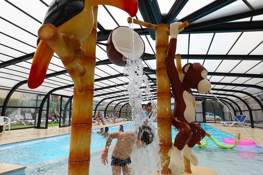 jeux aquatiques de la piscine du camping st gilles