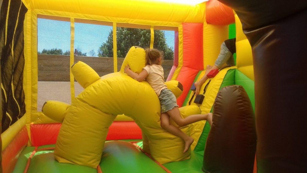 enfant jeu gonflable domaine oyat