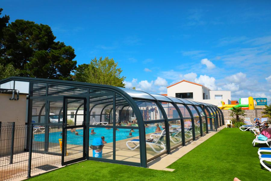vue large piscine couverte camping Saint-Gilles-Croix-de-Vie